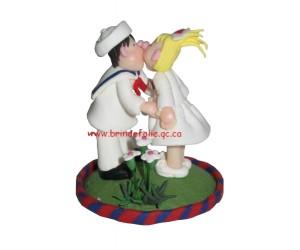 Kissing  - Little Street Figurine
